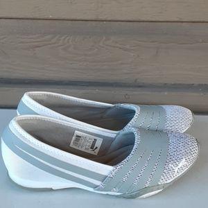Women puma white shoe.